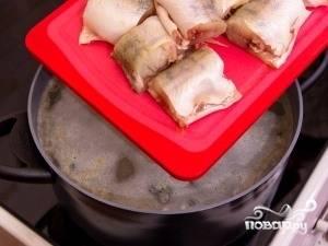 После того как картофель стал немного мягче, в воду кладем кусочки рыбы.