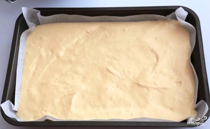 Распределяем тесто по двум застеленным формам для запекания. Запекаем 17-20 минут при 175 градусах до сухой зубочистки.