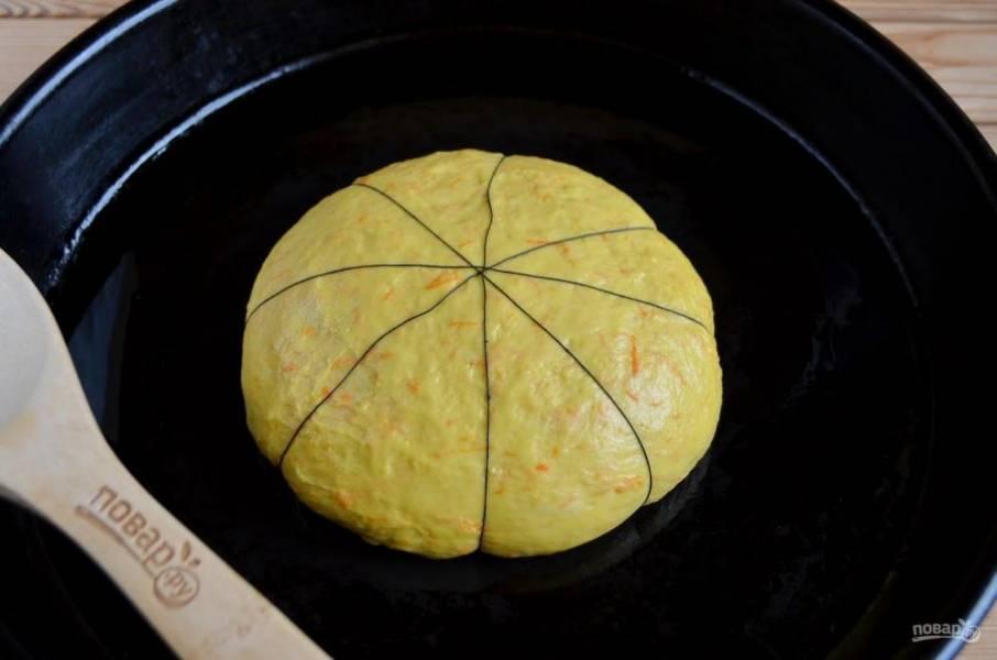 """6. Смажьте руки растительным маслом, вымешайте хорошо тесто. Обвяжите толстой ниткой так, чтобы получилось 8 сегментов. Не стоит туго завязывать, ведь тесто будет подходить, расти. Оставьте в теплой духовке будущую """"тыкву"""" минут на 15-20 подойти."""