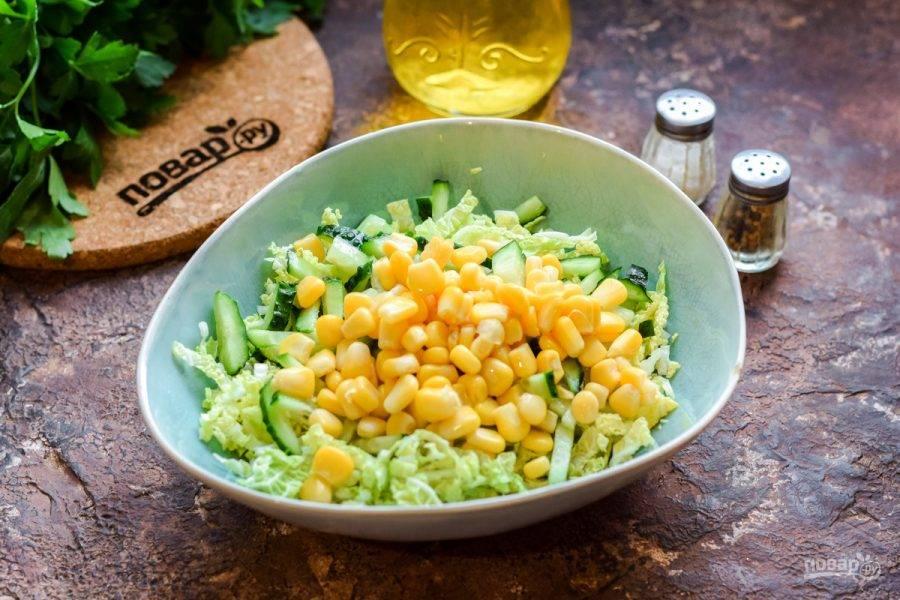 Добавьте в салат консервированную сладкую кукурузу.
