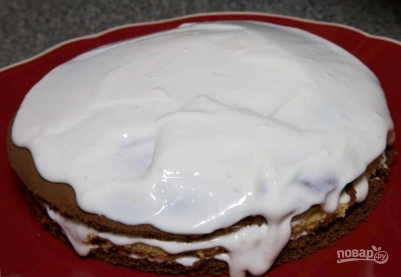 Готовый сметанник со сгущенкой можете посыпать крошкой из обрезков коржей. Чтобы торт пропитался, отправьте его в холодильник часиков на 6-8.