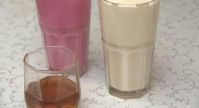Желатин залейте яблочным соком и оставьте на 40 минут. Затем разогрейте (на водяной бане), должна получиться однородная масса. Сметану взбейте с сахаром, разлейте полученную смесь по четырем стаканам: 1) сметана, смешанная с какао, 2) сметана + протертые ягоды, 3) сметана + сок свеклы 4) сметана.