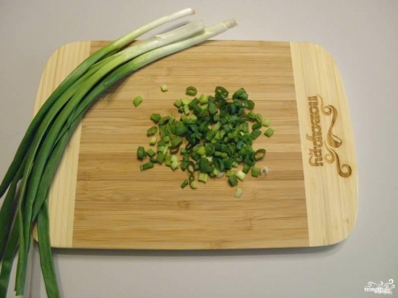 Порежьте мелко зеленый лук. Можно добавлять любую зелень, но вкуснее всего с луком и укропом.