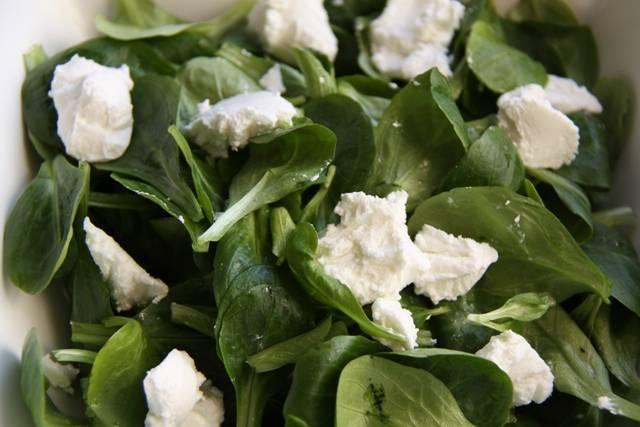 Порежьте сыр на мелкие кубики и смешайте в отдельной посуде с листьями любого салата,  шпината.