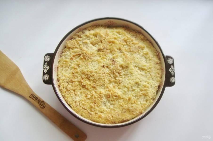 Выпекайте пирог в духовке при температуре 175-180 градусов 40-45 минут до золотистого цвета.
