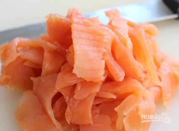 5. Тонкими ломтиками нарежьте рыбку.