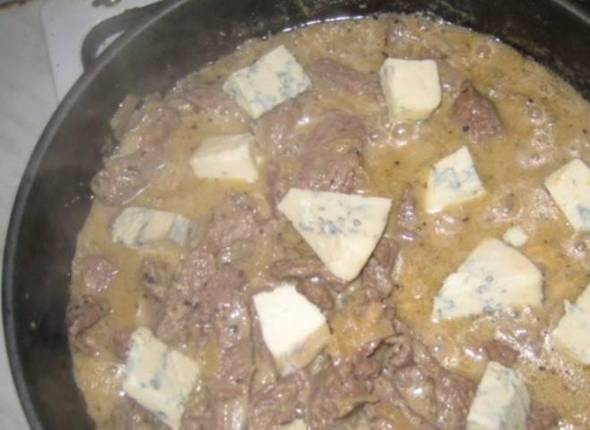 Сыр порежьте кусками, добавьте к мясу и помешивайте, пока он не растворится. Затем выложите в сковороду макароны и перемешайте.
