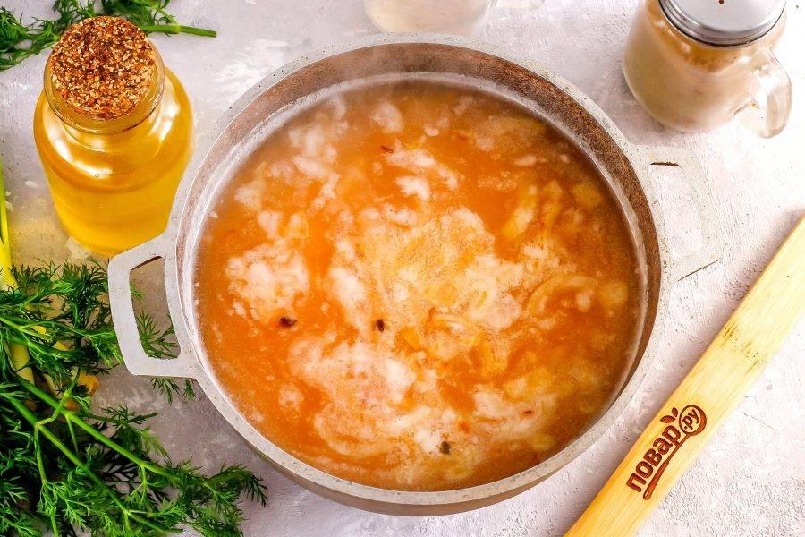 Добавьте промытую чечевицу в казан и влейте горячую воду, всыпьте соль. По желанию можете добавить лавровые листья и немного сушеного тимьяна, чабреца.