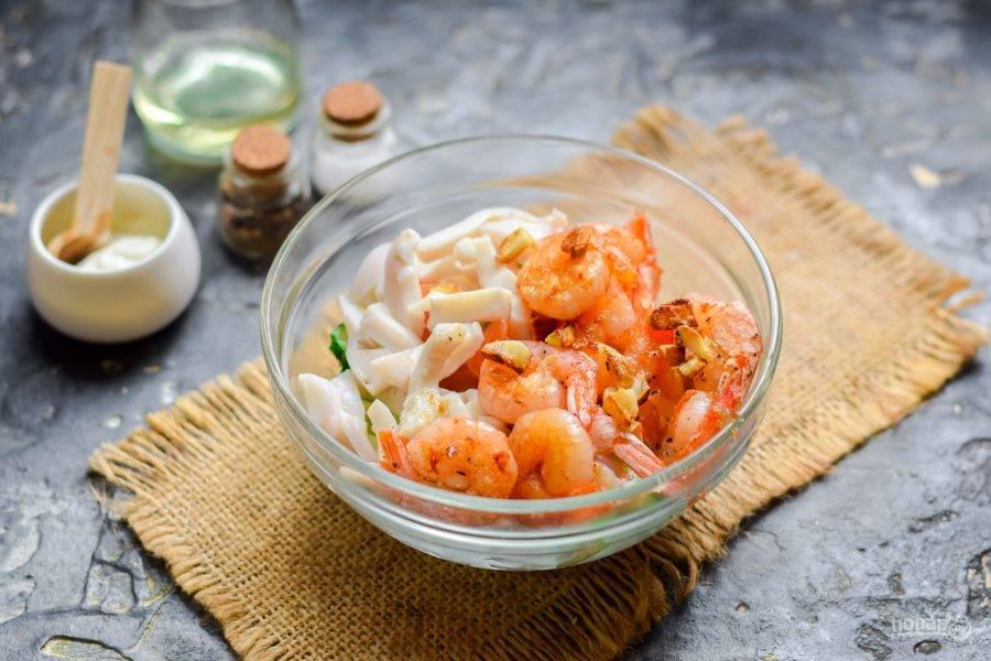 Кальмар отварите несколько минут, нарежьте небольшими полосками. Добавьте кальмары и  креветки в салат.