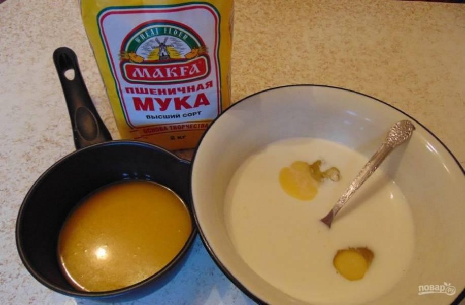 В другой миске смешайте 2 яйца с молоком, солью и 2 чайными ложками сахара, а также растопленным маргарином.