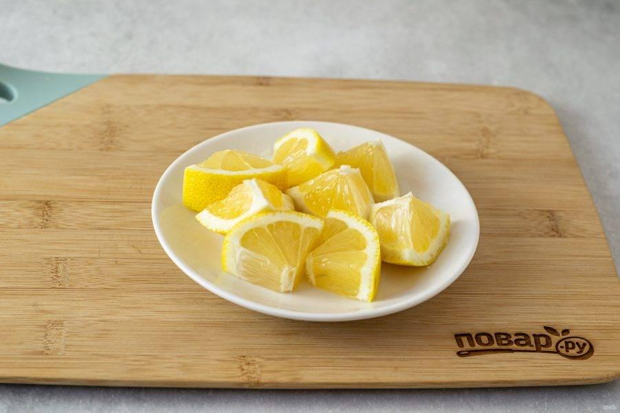 Лимон тщательно помойте, отрежьте кончики. Затем нарежьте на ломтики среднего размера. Косточки удалите.