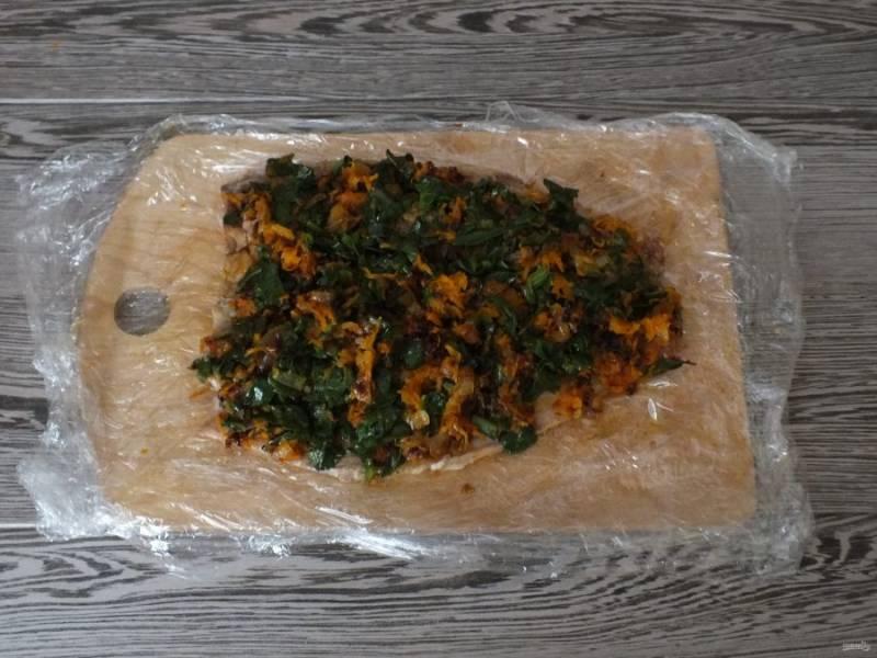 Разложите ровным слоем обжаренные овощи.