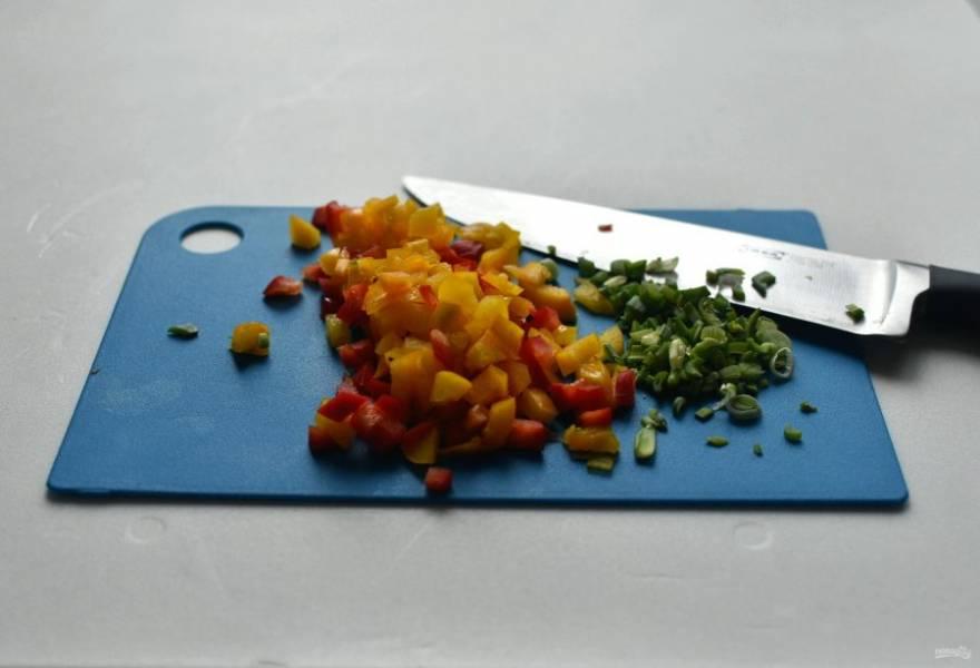 Нашинкуйте тонко зеленый лук. Перец лучше возьмите разноцветный, две половинки, нашинкуйте их мелкими кубиками.