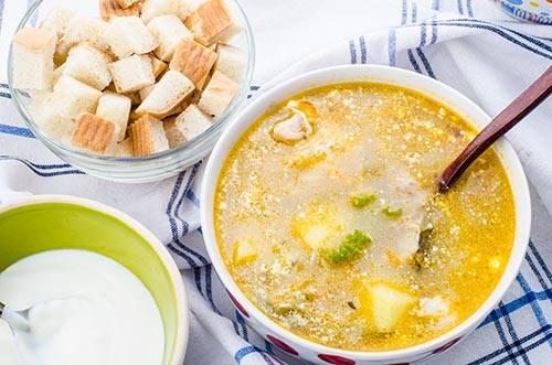 В это же время всыпьте в бульон с картофелем рис и влейте рассол. Чуть позже переложите в него зажарку, измельчённый чеснок и зелень, а также мясо. Немного посолите, и дайте настояться супу 10 минут. Приятного аппетита!