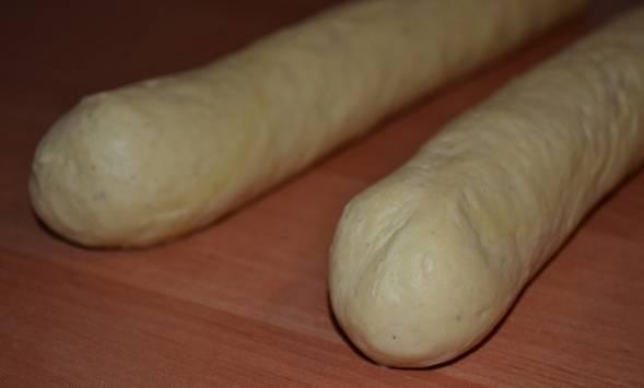 Разделяем тесто на две части и формируем из них длинные колбаски.