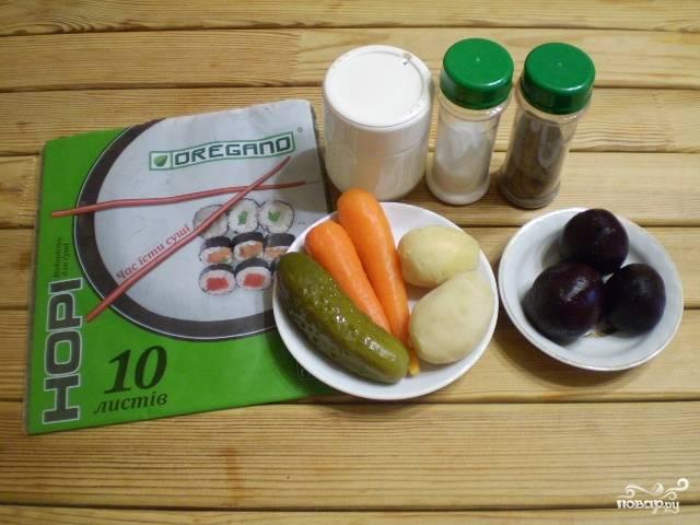 Отварите овощи для салата. Остудите и очистите от кожуры.