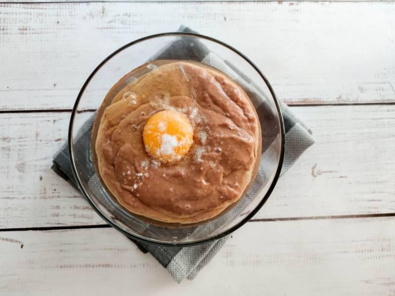 К измельченной куриной печени добавьте яйцо, соль и хорошо перемешайте.