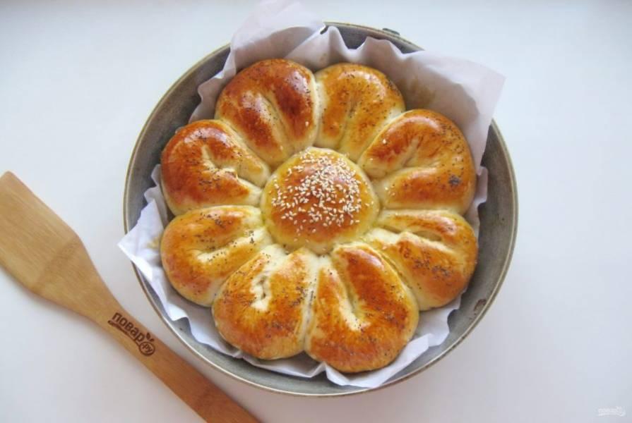 Выпекайте пирог в духовке, заранее разогретой до 175-180 градусов. На это потребуется 35-40 минут.