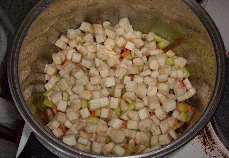 2. Овощи режем кубиками, помидор - кусочками. Добавим баклажан, морковь, перец, обжарим, а только затем - помидоры. Тушим 5 минут.