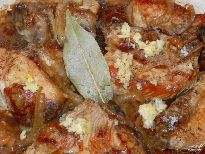 6. Далее вливаем в сковороду небольшое количество кипятка. Добавляем соль, перец (душистый в том числе), лавровый лист и другие специи на собственное усмотрение. Уменьшаем огонь, накрываем сковороду крышкой и продолжаем обжаривать еще примерно полчаса, до готовности мяса. Не забываем периодически перемешивать содержимое сковороды!