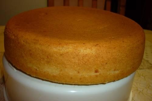 9. Остывший кекс можно нарезать на порционные кусочки и подавать к столу.