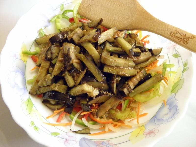 6. В удобную тару сложите все сырые овощи и жареные баклажаны. Залейте маринадом. Перемешайте.