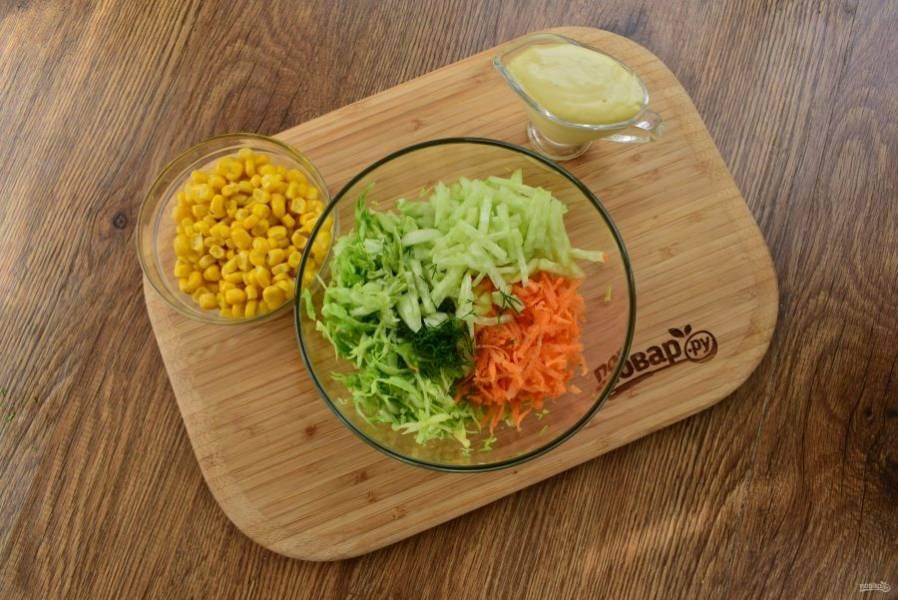 Капусту мелко нашинкуйте в глубокую миску, посолите, примните слегка руками, чтобы она пустила сок.  Морковь натрите на мелкой терке. Огурец нарежьте тонкой соломкой, зелень мелко нарубите.