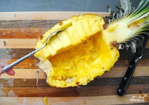 4. Параллельно займитесь ананасом. Нужно вырезать мякоть и измельчить её кубиками.