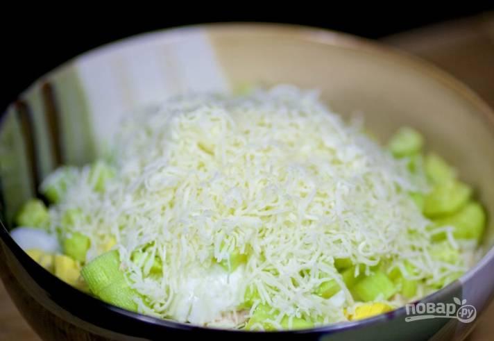 5.Твердый сыр измельчаю на мелкой терке и добавляю в миску.