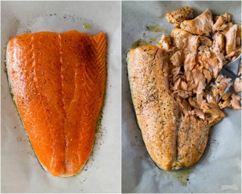 Филе лосося следует запечь в духовке. Для этого застилаем противень бумагой для выпечки, выкладываем филе и поливаем его немного маслом, присыпаем специями по вкусу. Также можно полить лимонным соком (по желанию). Запекаем лосося 15-17 минут, температура — 200 градусов.