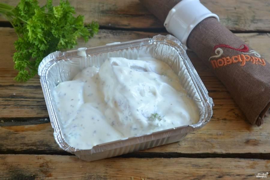 В форму для запекания, застеленную фольгой, положите филе рыбы и залейте сметанным соусом. Я использую готовые одноразовые формы из фольги, которые можно купить в любом супермаркете.