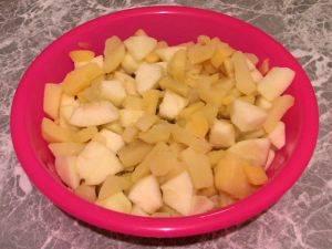4. Пока картофель варится, - с яблок срезаем кожуру. нарезаем их небольшими кубиками. Когда картошка сварится, - перемешаем яблоки с картошкой.