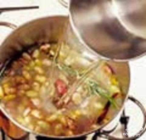 5.В кастрюлю с фасолью влить воду от мидий и долить еще  литр. Веточки розмарина связать и положить в бульон. Варить, пока фасоль не размягчится.
