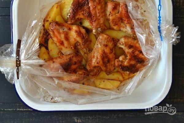 Крылышки с картошкой в рукаве в духовке