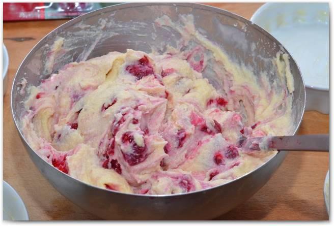 3. Добавим ягоды, желательно - замороженные, чтобы сок не слишком потек.
