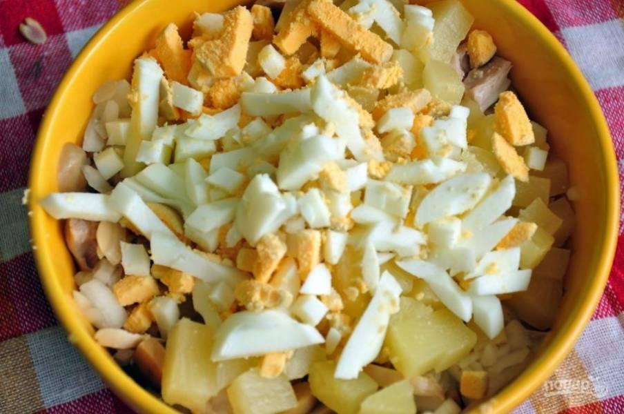 3. Отварите яйца вкрутую, остудите их в холодной воде и натрите на среднюю терку. Добавьте к остальным ингредиентам.