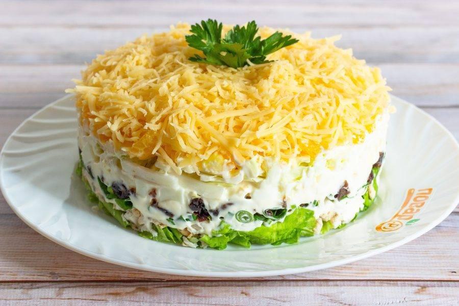 Салат готов. Дайте ему настояться 1-2 часа (или больше) в холодильнике, украсьте зеленью и подавайте к столу. Очень вкусно!