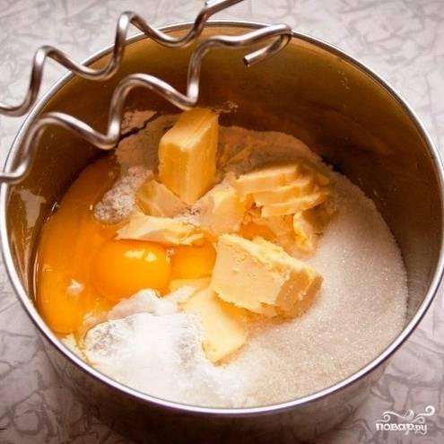 Смешиваем в кастрюльке муку, разрыхлитель, яйца, ванилин, сахар и сливочное масло. Можно смешивать руками, но эффективнее - специальной насадкой для теста.