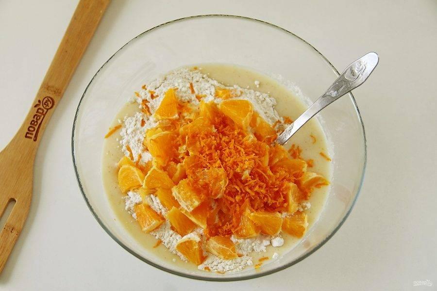 Цедру апельсина натрите на мелкой терке, мякоть нарежьте небольшими кусочками. Добавьте цедру и мякоть к манке.