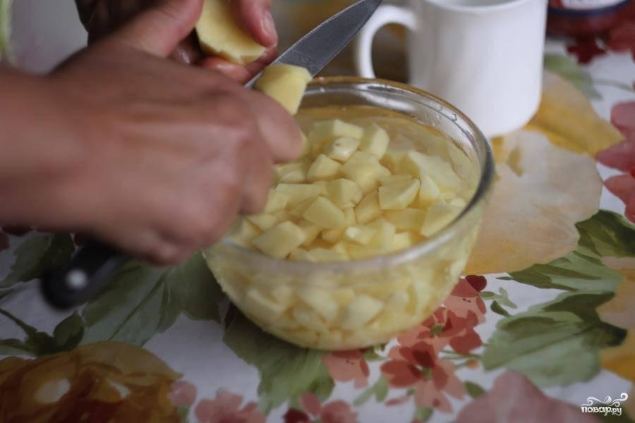 Кубиками нарезать три картошины.