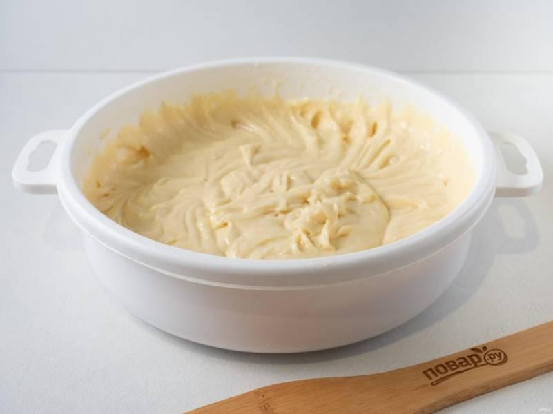 Муку смешайте с разрыхлителем, просейте и введите в тесто. Оно получается не очень густым.