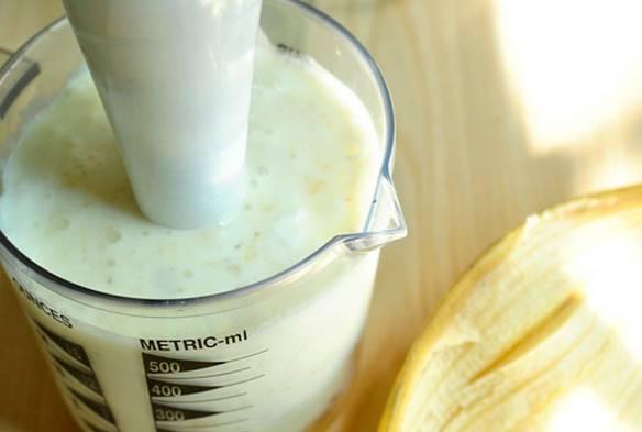 Кладем в блендер: порезанный банан, овсяную кашу и вливаем кефир. Взбиваем массу до однородности, если есть желание, добавляем мед для сладости.