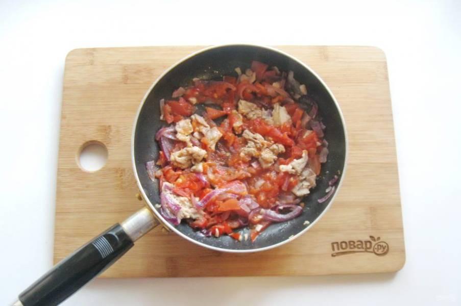 Тушите помидоры с беконом и луком 7-8 минут, пока не испарится жидкость.