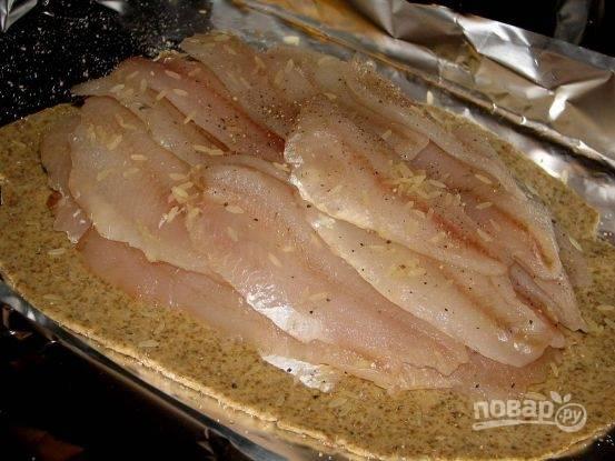В центр теста высыпаем половину риса. Затем выкладываем очищенную рыбу (у меня филе окуня). Сверху рыбу посыпаем остальным рисом. Каждый слой рыбы необходимо посолить.