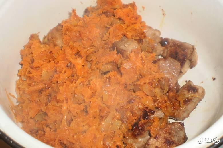 Переложите овощи в кастрюлю к мясу.