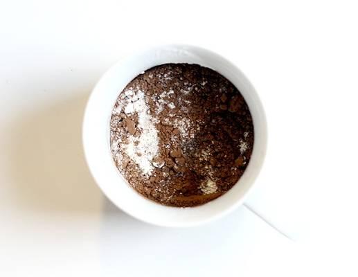 Сначала смешайте сухие ингредиенты: муку, сахар, какао, растворимый кофе, соль, разрыхлитель. Все тщательно перемешайте.