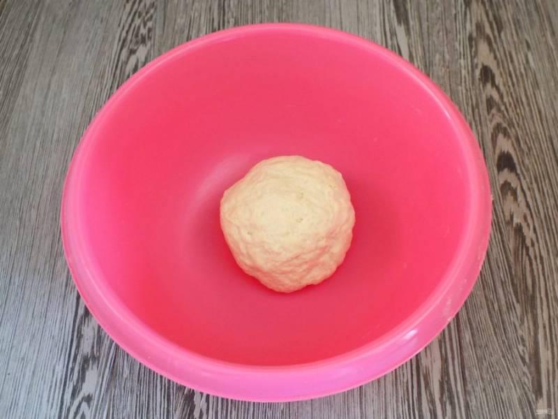 Полученное тесто должно получиться мягким, податливым, не липнущим к рукам. Округлите тесто.