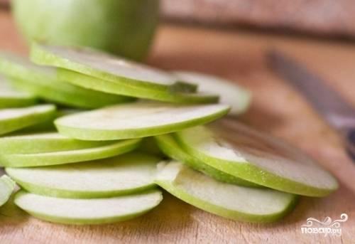 Яблоки тщательно помойте, удалите у них плодоножки и семечки. Далее нарежьте фрукт тонкими, круглыми пластинками.