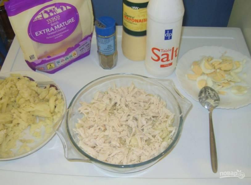 9.Поверх картошки кладу слой оставшегося куриного мяса и смазываю все майонезом.
