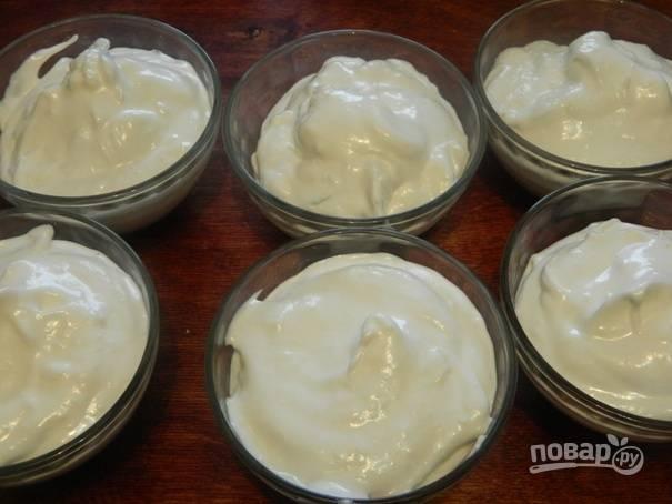 6. Затем раскладываем белковую массу в формочки и отправляем их в холодильник на пару часов.
